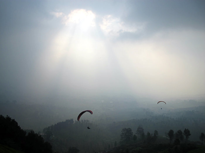 fun paragliding in puncak